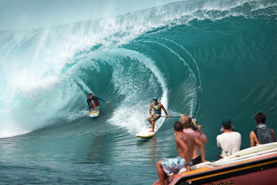 Teahupoo, surf is up